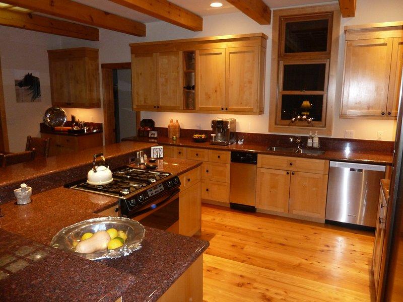 gastronomische keuken met top kwaliteit apparatuur en veel van de bank en de opslag