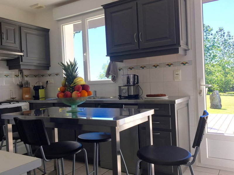 The fully equipped kitchen. The fruit basket will be offered to you