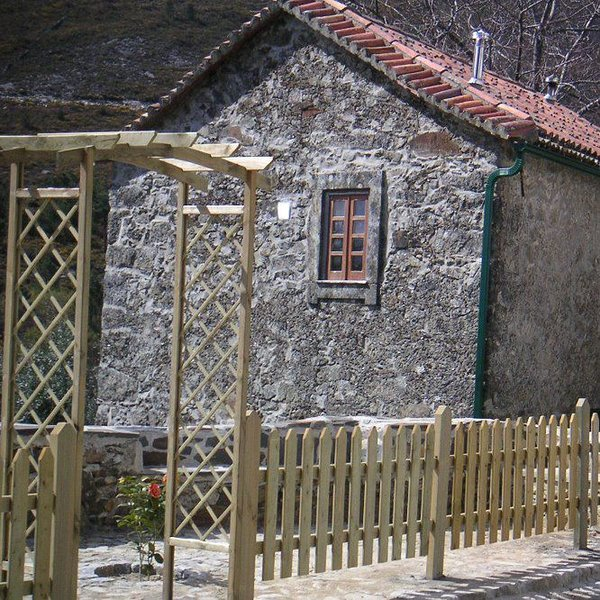 Casa Rustica de Pedra, holiday rental in Portela do Fojo