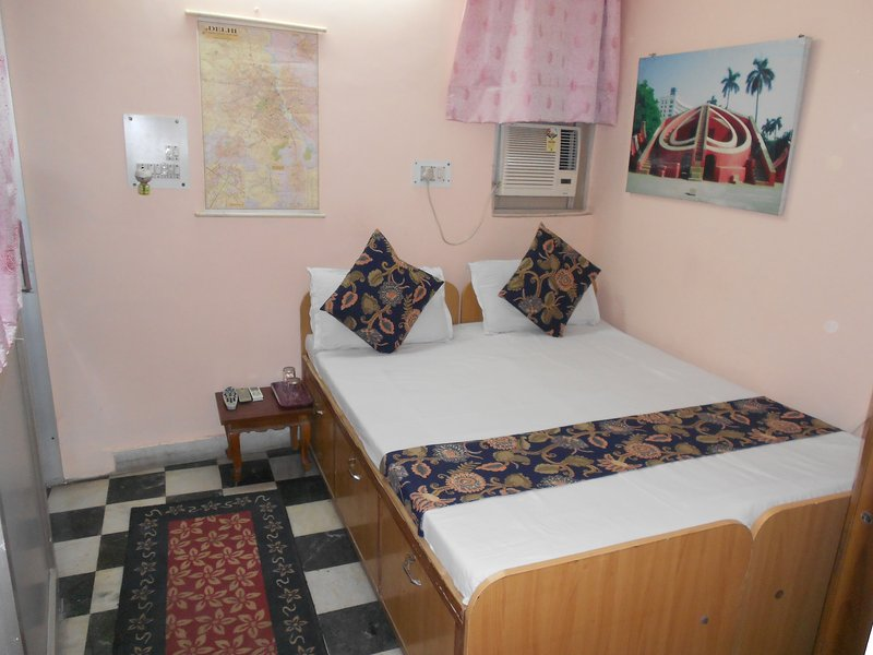 Budget Queen Bed Ensuite, holiday rental in National Capital Territory of Delhi