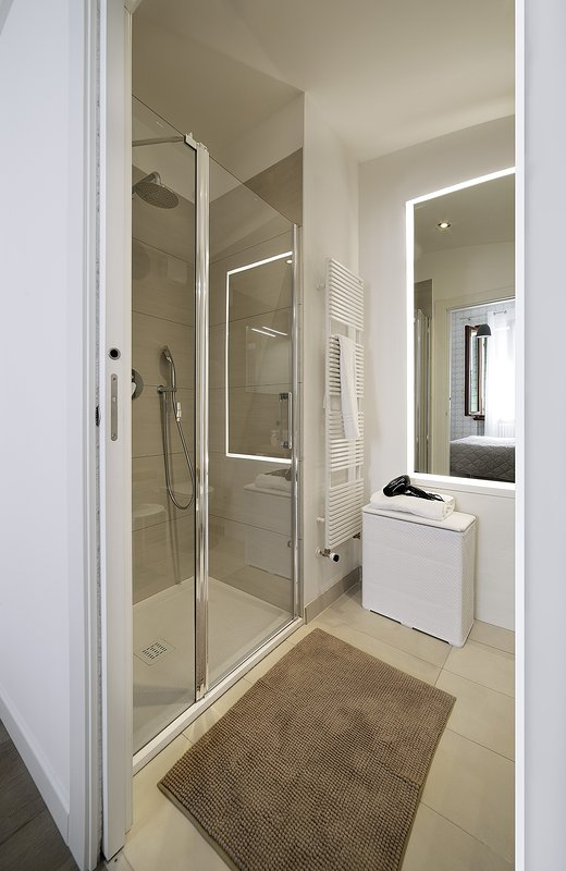 Ortensia room, the private bathroom with shower box (100x80 cm) and towel-heater.