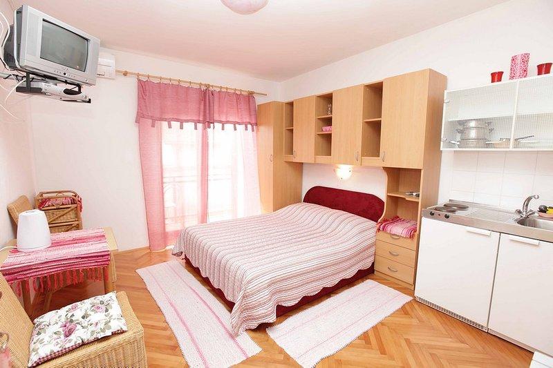 Room with ensuite bathroom, kitchenette and AC, alquiler de vacaciones en Podgora