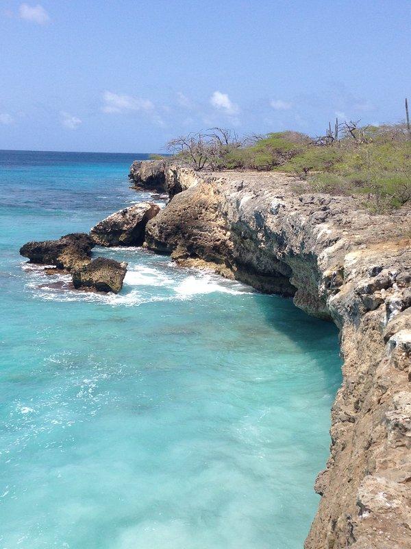Una de las cuevas a lo largo de la línea de la costa de Bonaire.