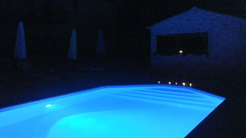 la piscina por la noche