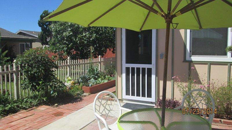 patio del jardín con el árbol de aguacate, higuera, verduras-cama elevada, etc.