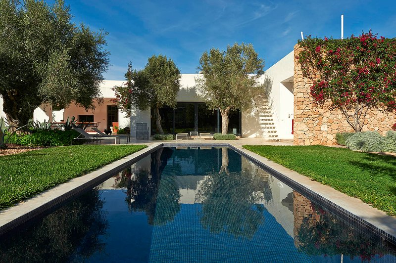 Luxury  4 Bedroom/4 Bathroom private, with pool gardens and very close to Ibiza, location de vacances à Cala Llonga