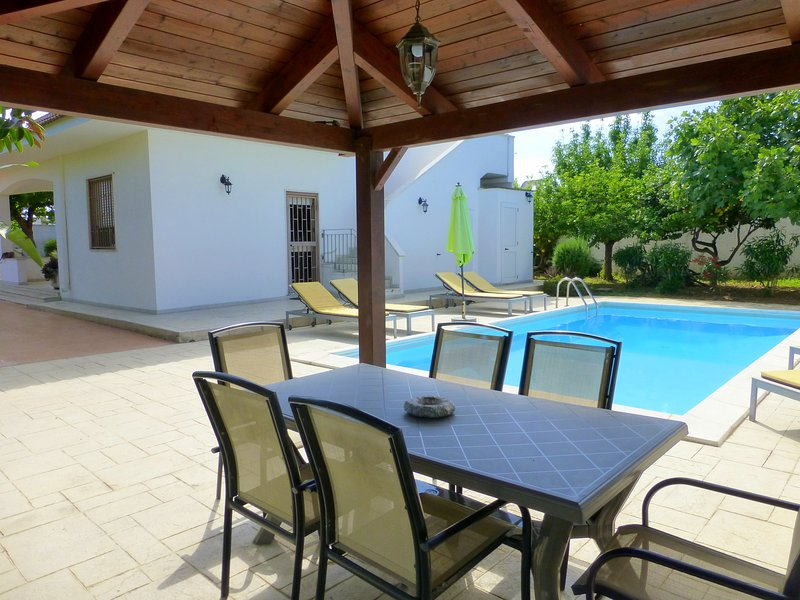 Villa Sun Beach, seaside villa with pool, AirCon, free WiFi, owners live locally, vacation rental in San Pietro Vernotico