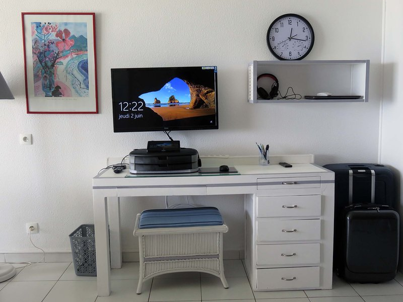4-Orientbeachstudio-Office place with TV PC & wifi