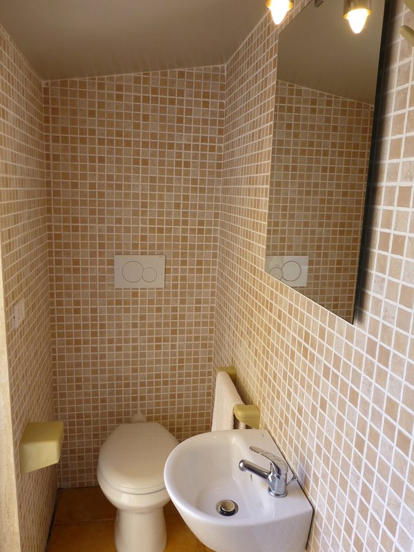 Fully tiled exterior courtyard shower room