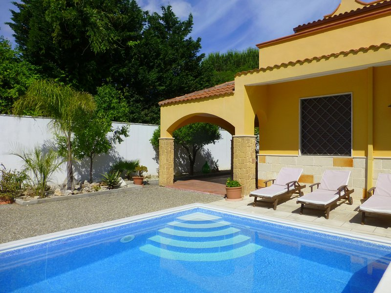 Villa Suzannah, seaside villa with pool, AirCon, free WiFi, owners live locally, vacation rental in San Pietro Vernotico