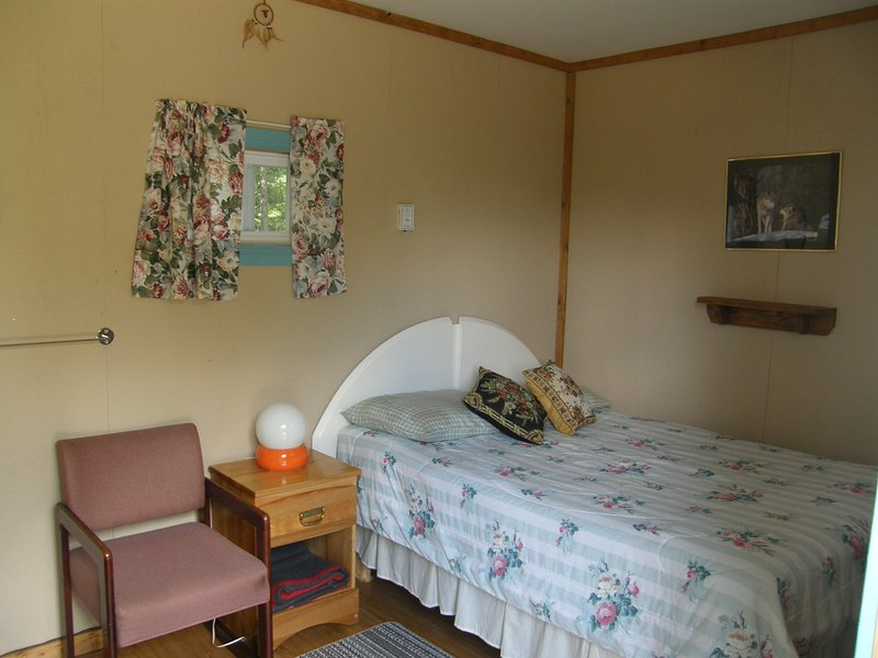 Mini cottage Pivert equipped with double bed.