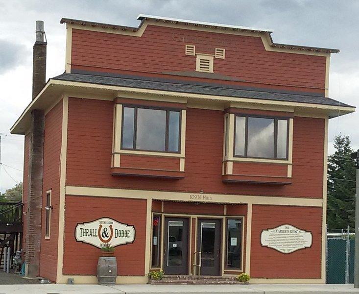 Brew casa de huéspedes situada por encima de la sala de degustación de Thrall y de Dodge Bodega en el histórico edificio Carrico.