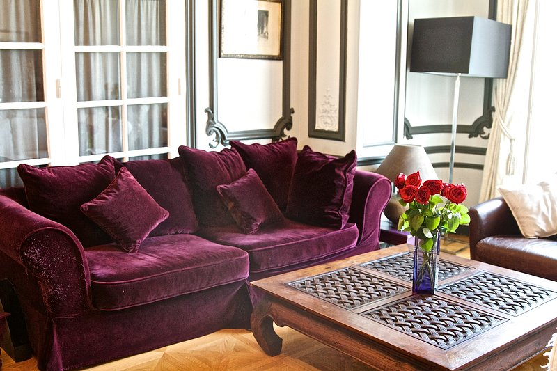 The living room offers a view of the Eiffel Tower. An exceptional luxury, without vis-à-vis!