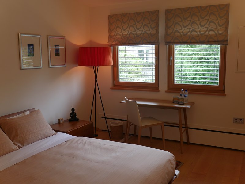 Su dormitorio - una cama doble de tamaño y baño completo en suite