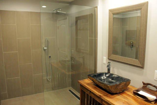 ducha de 6 pies del cuarto de baño principal con las luces llevadas le hará saber cuando la ducha está listo