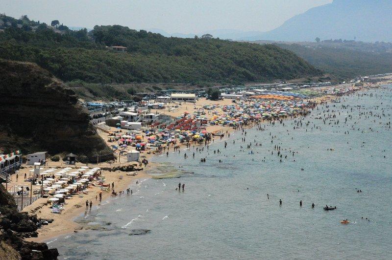 La playa de West Balestrate con sus muchas playas alternando con tramos de playa
