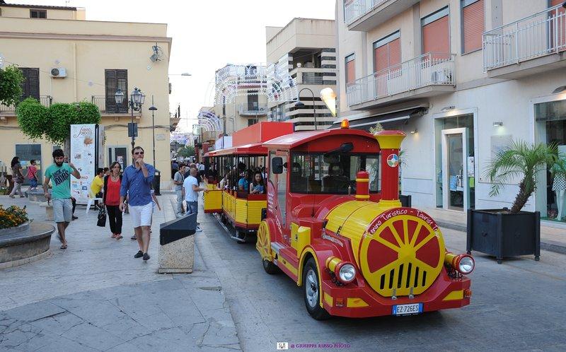 El tren turístico que une el centro de Balestrate con la playa
