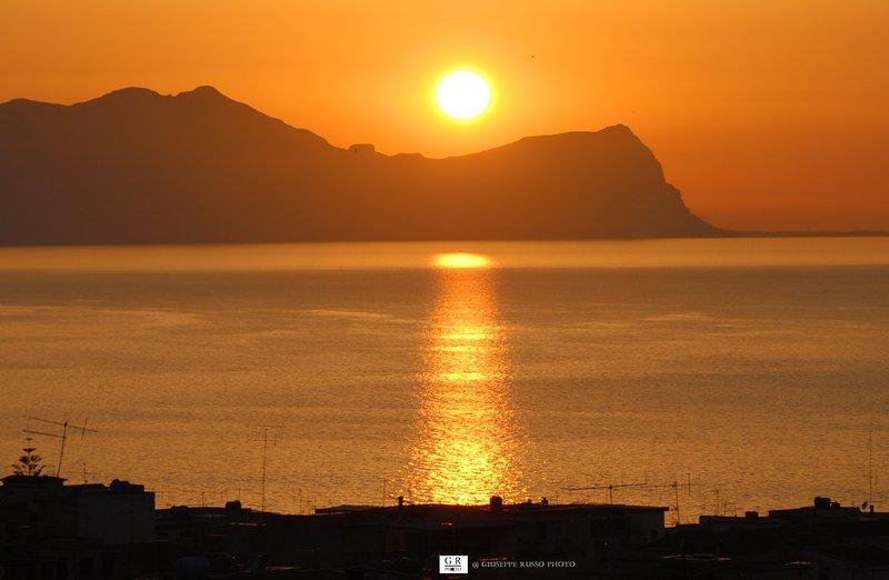 Puesta de sol sobre el mar y los tejados de Balestrate