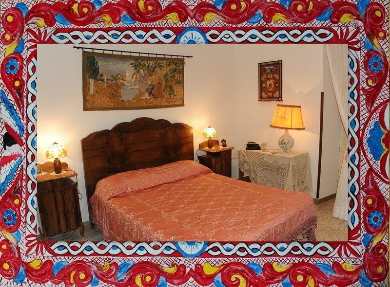 """El dormitorio, decorado con tapices, """"libertad"""" lámparas y paneles inspirado en el carro siciliano"""