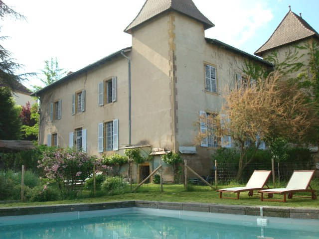 the house and the pool. Quiet, relaxing and paisibilité the heart of the village.