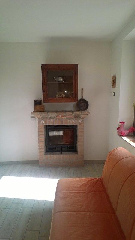 Camino e sofà/Fireplace and sofa