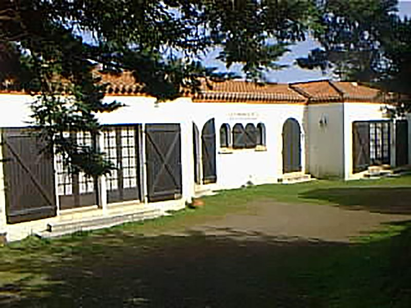 South facade of the villa with the entrance and the rooms overlooking the park