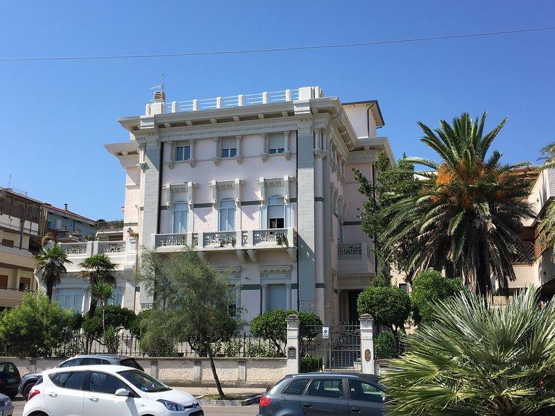 Bellissimo attico fronte mare in palazzo d'epoca, location de vacances à Province of Pescara