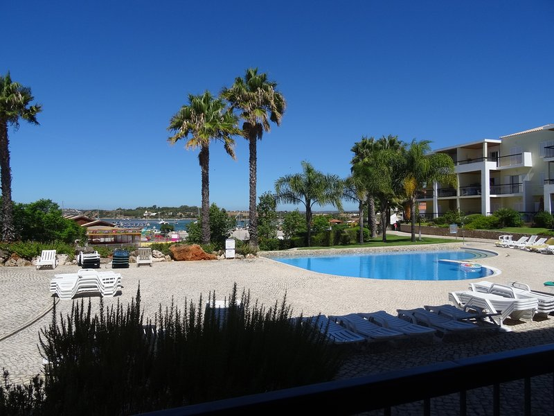Clube Alvor Ria / A fabulous 2 bedroom apartment in front of Alvor's harbour, location de vacances à Alvor
