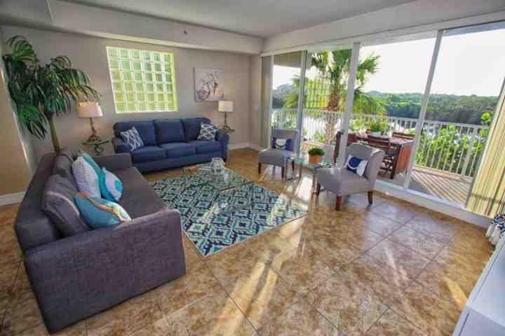 Bela área de estar com acesso à varanda e sofá-cama