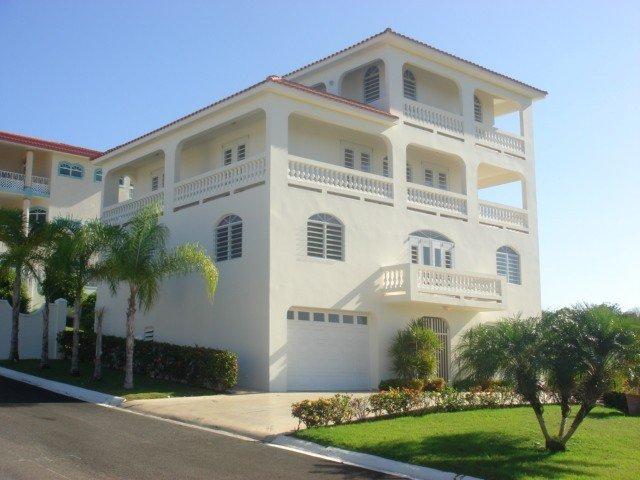 Casa Elegante, Ensenada, Rincon, PR. zona residencial, tranquila, segura y limpia.
