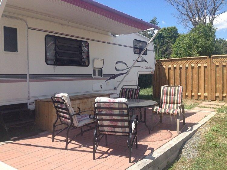 El patio de RV ofrece un espacio privado para disfrutar del aire libre.