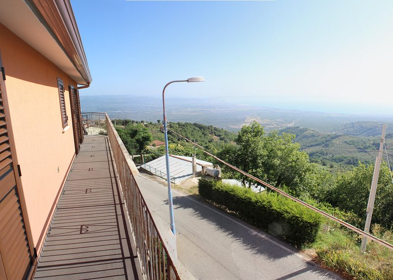 Casa Vacanza con straordinaria vista mare, alquiler vacacional en Carlopoli