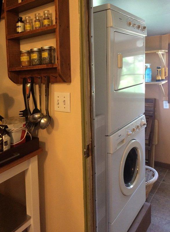 (Lavadora, secadora, plancha y tabla, tendedero exterior)