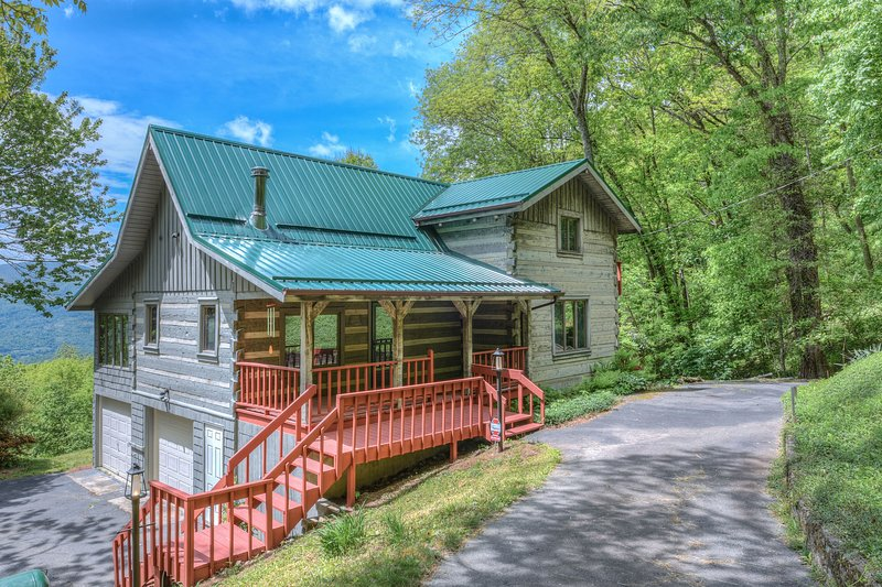 Plott Mountain House-Amazing views at 4,100 feet!!, holiday rental in Balsam