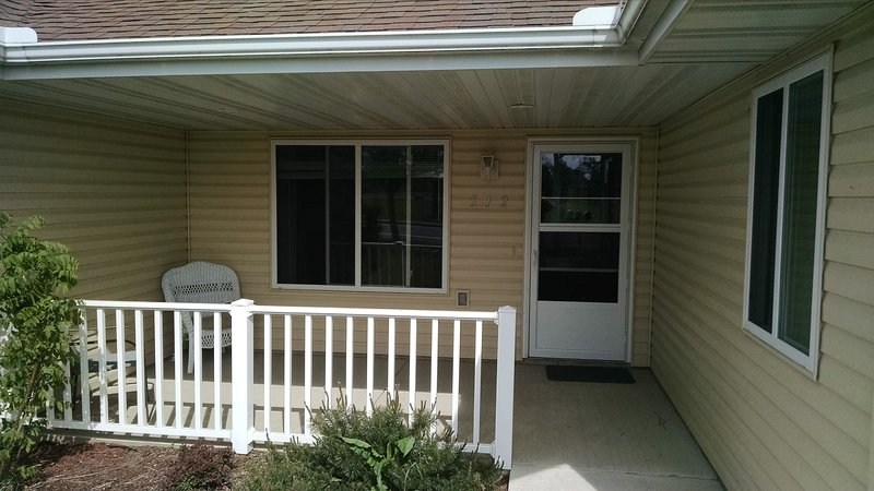 Confortevole veranda privata anteriore. Godetevi la natura e presto calcio venerdì sera! :)
