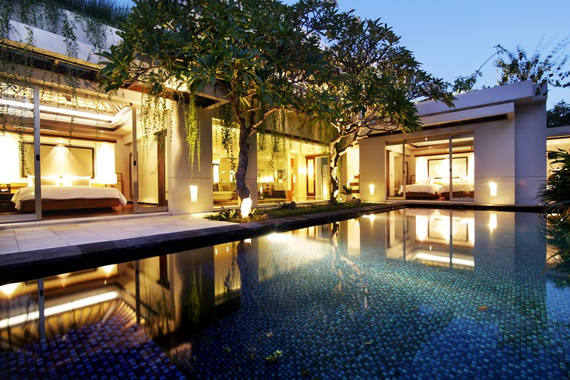 Villa se envuelve alrededor de la piscina con sombra preciosa y el aroma de los árboles Frangipani.