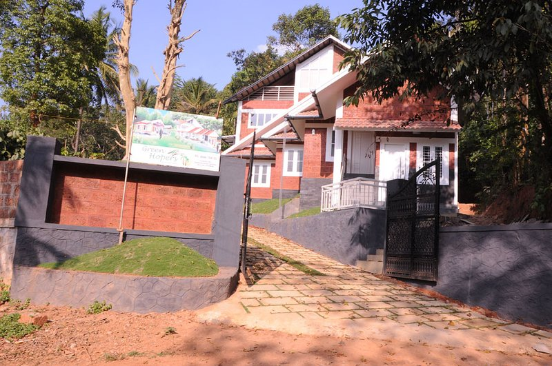 holiday home in the plush green hills with a fogy, vakantiewoning in Lakkidi