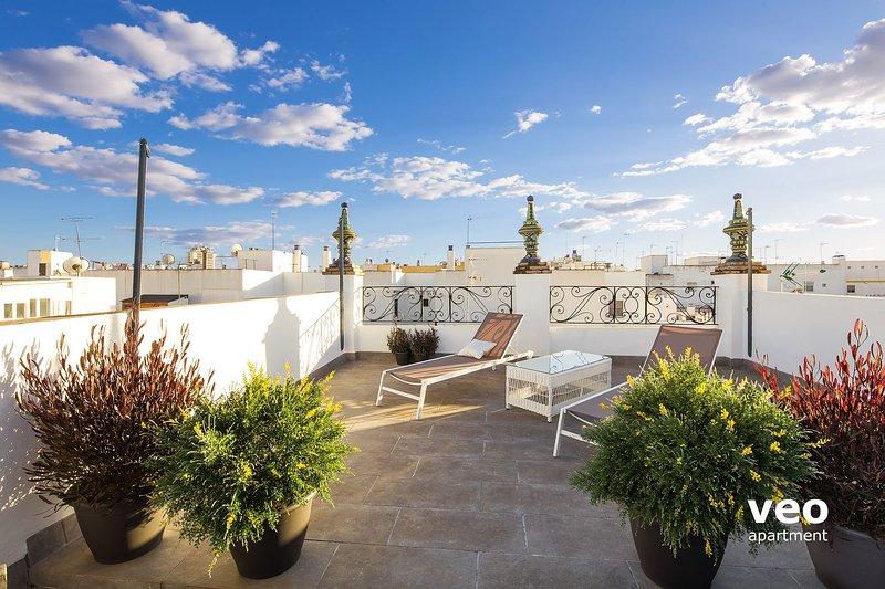 Terrasse sur le toit. L'immeuble est composé de 3 appartements de vacances qui partagent 2 terrasses.
