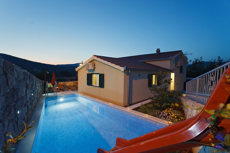 Newly built Villa with Heated Swimming Pool, Jacuzzi & Water Slide, vacation rental in Marina
