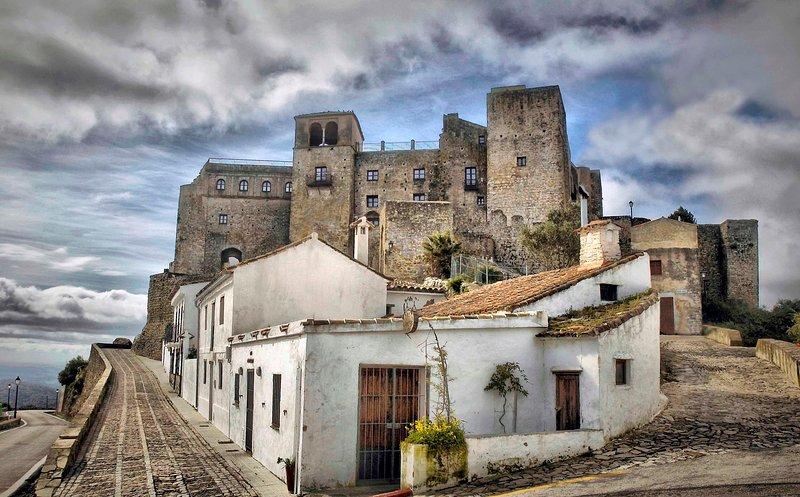 Fortaleza medieval SXIII. L casa se encuentra dentro de las murallas del castillo.