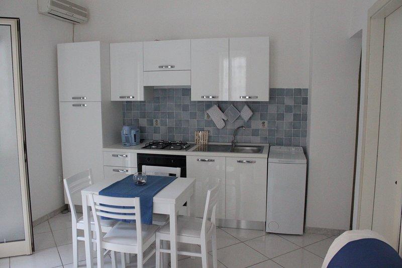 cozinha totalmente equipada, forno elétrico, geladeira, ar condicionado, máquina de lavar roupa