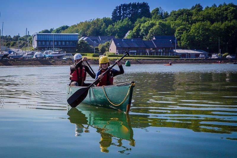 canoa canadiense es una gran manera de disfrutar del río. En la parte trasera es el café y el alojamiento.