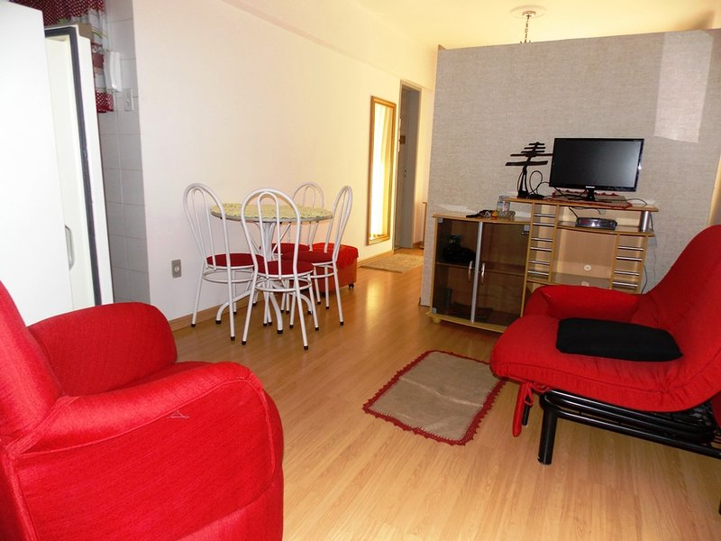 furnished apartment with very good gosto.luz sun all afternoon. Taxi at the door 24 hours. close all