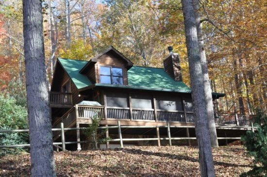 Whispering Woods Cabin - Large Log Rental in the Trees Wood Burning Fireplace Sc, vacation rental in Bryson City