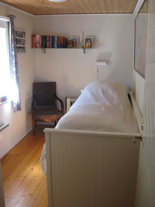 Guestroom with bed to pull out