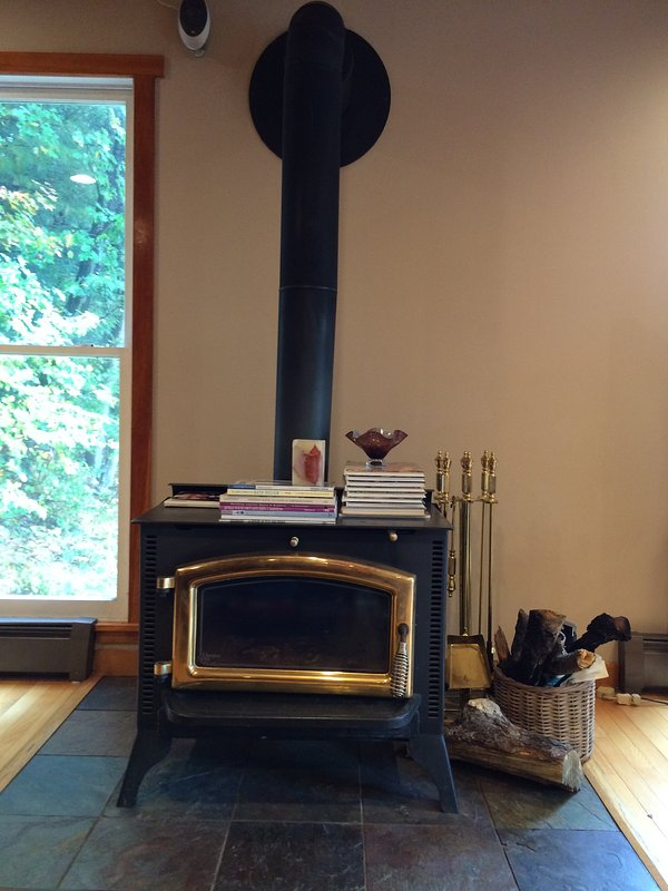 O lugar madeira queima fogo. Mantém a sala de estar e cozinha aconchegante nas noites frias do inverno!