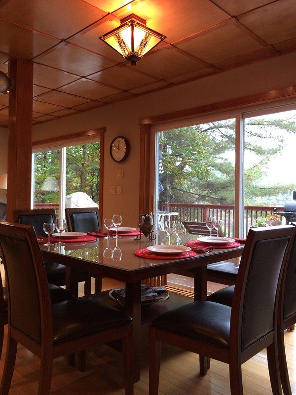 A área de jantar, espaço para 8 pessoas confortavelmente e a vista para o deck da frente e rio!