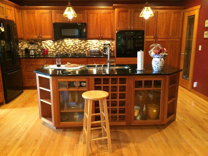 ilha enorme no meio da cozinha, ótimo para preparar a comida!