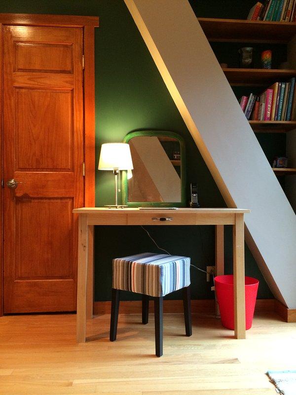 pequeno bonito compõem mesa ou escrivaninha no quarto grande no nível superior.
