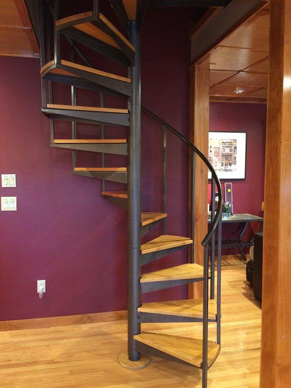 escada em espiral que liga os níveis médio e superior.